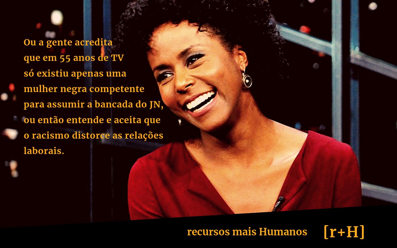 Maju Coutinho sorri texto: Ou a gente acredita que em 55 anos de TV só existiu apenas uma mulher negra competente para assumir a bancada do JN, ou então entende e aceita que o racismo distorce as relações laborais.